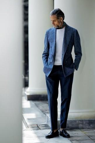 Olivgrünen Bandana kombinieren: trends 2020: Vereinigen Sie ein dunkelblaues Wollzweireiher-sakko mit einem olivgrünen Bandana für ein bequemes Outfit, das außerdem gut zusammen passt. Schwarze Leder Slipper bringen Eleganz zu einem ansonsten schlichten Look.