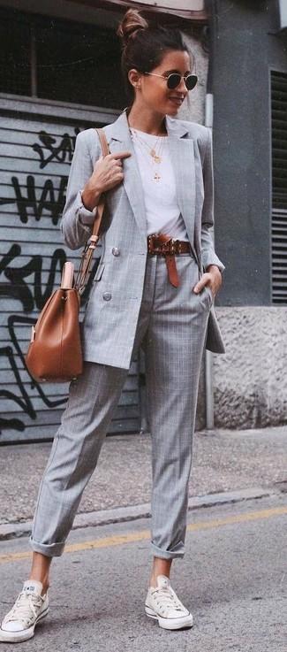 Wie kombinieren: graues Zweireiher-Sakko mit Karomuster, weißes T-Shirt mit einem Rundhalsausschnitt, graue Anzughose mit Schottenmuster, weiße niedrige Sneakers