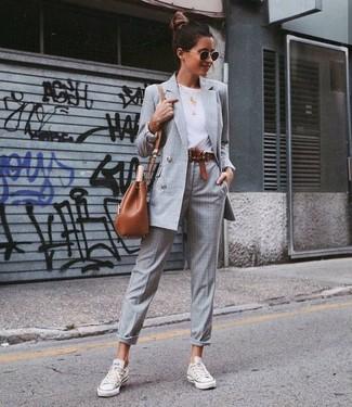 Wie kombinieren: graues Zweireiher-Sakko mit Karomuster, weißes T-Shirt mit einem Rundhalsausschnitt, graue Anzughose mit Schottenmuster, weiße Segeltuch niedrige Sneakers