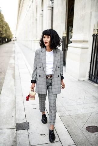 Wie kombinieren: graues Zweireiher-Sakko mit Schottenmuster, weißes T-Shirt mit einem Rundhalsausschnitt, graue Anzughose mit Schottenmuster, schwarze Leder Derby Schuhe