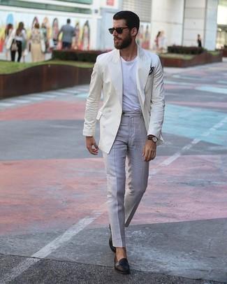 Wie kombinieren: hellbeige Zweireiher-Sakko, weißes T-Shirt mit einem Rundhalsausschnitt, graue Anzughose, schwarze Leder Slipper