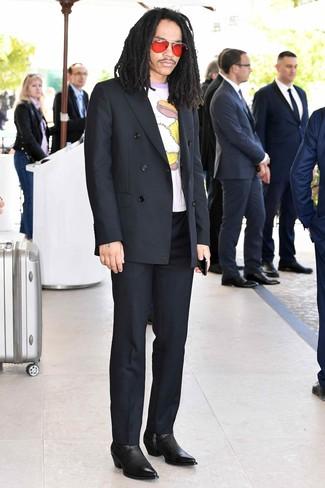 Wie kombinieren: schwarzes Zweireiher-Sakko, weißes bedrucktes T-Shirt mit einem Rundhalsausschnitt, schwarze Anzughose, schwarze Chelsea-Stiefel aus Leder
