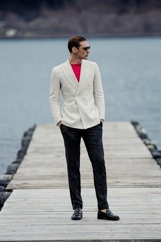 Weißes Zweireiher-Sakko kombinieren: trends 2020: Erwägen Sie das Tragen von einem weißen Zweireiher-Sakko und einer schwarzen Anzughose für eine klassischen und verfeinerte Silhouette. Wenn Sie nicht durch und durch formal auftreten möchten, entscheiden Sie sich für schwarzen Leder Slipper.