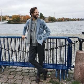 Dunkelgraue Socken kombinieren – 500+ Herren Outfits: Kombinieren Sie ein hellblaues Zweireiher-Sakko mit dunkelgrauen Socken, um mühelos alles zu meistern, was auch immer der Tag bringen mag. Fühlen Sie sich ideenreich? Komplettieren Sie Ihr Outfit mit dunkelbraunen Leder Slippern mit Quasten.