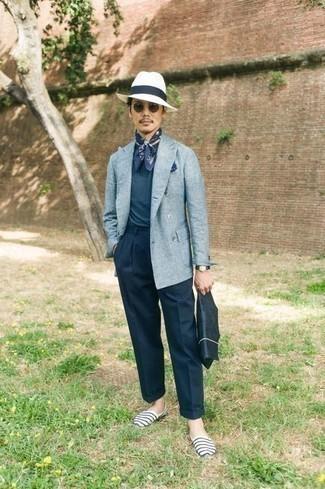 Weiße und dunkelblaue horizontal gestreifte Segeltuch Espadrilles kombinieren – 15 Herren Outfits: Paaren Sie ein hellblaues Leinen Zweireiher-Sakko mit einer dunkelblauen Anzughose, um vor Klasse und Perfektion zu strotzen. Wenn Sie nicht durch und durch formal auftreten möchten, entscheiden Sie sich für weißen und dunkelblauen horizontal gestreiften Segeltuch Espadrilles.