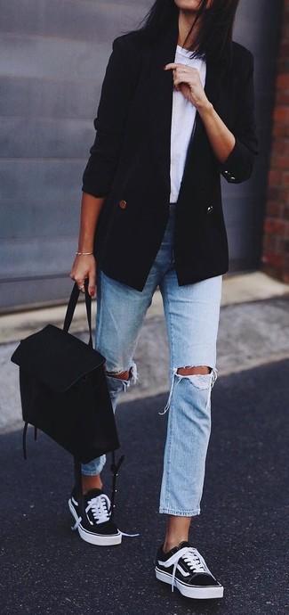 Wie kombinieren: schwarzes Zweireiher-Sakko, weißes T-Shirt mit einem Rundhalsausschnitt, hellblaue Boyfriend Jeans mit Destroyed-Effekten, schwarze und weiße niedrige Sneakers