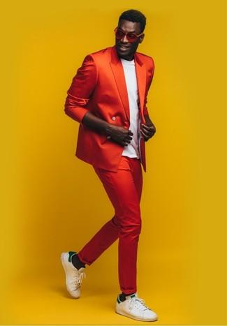Wie kombinieren: rotes Zweireiher-Sakko, weißes T-Shirt mit einem Rundhalsausschnitt, rote Chinohose, weiße und grüne Leder niedrige Sneakers