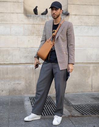 Wie kombinieren: braunes Zweireiher-Sakko mit Schottenmuster, schwarzes bedrucktes T-Shirt mit einem Rundhalsausschnitt, dunkelgraue Chinohose, weiße Leder niedrige Sneakers