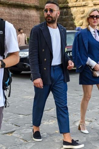 Dunkelblaue Chinohose kombinieren: trends 2020: Kombinieren Sie ein dunkelblaues Leinen Zweireiher-Sakko mit einer dunkelblauen Chinohose, wenn Sie einen gepflegten und stylischen Look wollen. Warum kombinieren Sie Ihr Outfit für einen legereren Auftritt nicht mal mit schwarzen Slip-On Sneakers aus Leder?