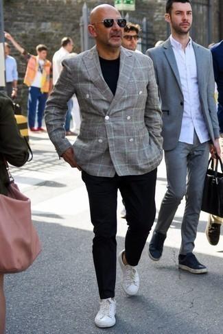 Weiße Leder niedrige Sneakers kombinieren: Smart-Casual-Outfits für Sommer: trends 2020: Kombinieren Sie ein graues Zweireiher-Sakko mit Schottenmuster mit einer dunkelblauen Chinohose für Ihren Bürojob. Fühlen Sie sich ideenreich? Entscheiden Sie sich für weißen Leder niedrige Sneakers. Der Look, mit dem Sie in diesem Sommer immer gut aussehen.