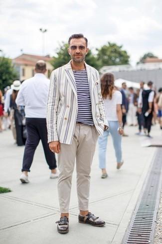 Beige Sonnenbrille kombinieren: trends 2020: Entscheiden Sie sich für ein weißes und blaues vertikal gestreiftes Zweireiher-Sakko und eine beige Sonnenbrille für einen entspannten Wochenend-Look. Vervollständigen Sie Ihr Outfit mit dunkelbraunen Leder Slippern mit Fransen, um Ihr Modebewusstsein zu zeigen.