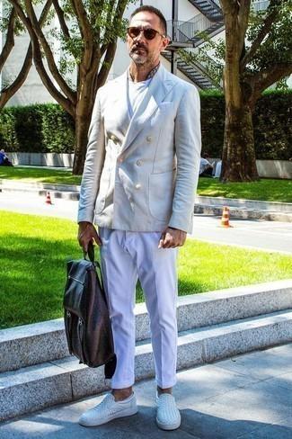 Braune Chinohose kombinieren: trends 2020: Kombinieren Sie ein hellbeige Zweireiher-Sakko mit einer braunen Chinohose, um einen modischen Freizeitlook zu kreieren. Suchen Sie nach leichtem Schuhwerk? Komplettieren Sie Ihr Outfit mit weißen Slip-On Sneakers aus Leder für den Tag.