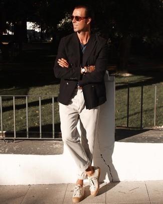 Hellbeige Segeltuch niedrige Sneakers kombinieren – 197 Herren Outfits: Paaren Sie ein dunkelbraunes Zweireiher-Sakko mit einer hellbeige Chinohose für Drinks nach der Arbeit. Wenn Sie nicht durch und durch formal auftreten möchten, entscheiden Sie sich für hellbeige Segeltuch niedrige Sneakers.