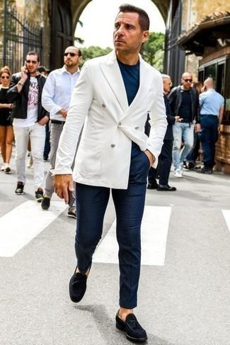 Dunkelblaues T-Shirt mit einem Rundhalsausschnitt kombinieren – 500+ Herren Outfits: Kombinieren Sie ein dunkelblaues T-Shirt mit einem Rundhalsausschnitt mit einer dunkelblauen bedruckten Chinohose für ein Alltagsoutfit, das Charakter und Persönlichkeit ausstrahlt. Fühlen Sie sich ideenreich? Entscheiden Sie sich für dunkelblauen Wildleder Slipper mit Quasten.