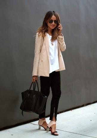 Wie kombinieren: hellbeige Zweireiher-Sakko, weißes T-Shirt mit einem Rundhalsausschnitt, schwarze enge Hose, hellbeige Leder Sandaletten
