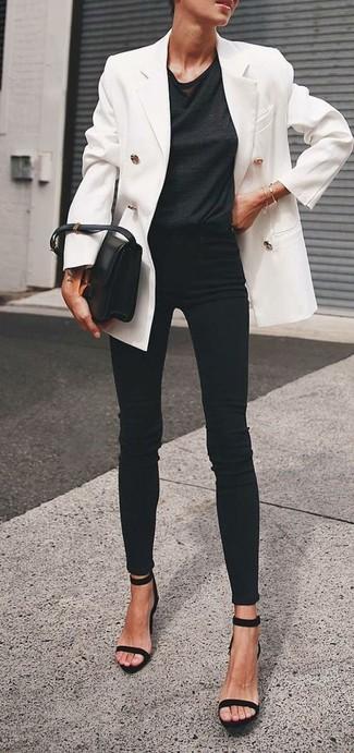 Wie kombinieren: weißes Zweireiher-Sakko, schwarzes T-Shirt mit einem Rundhalsausschnitt, schwarze enge Jeans, schwarze Wildleder Sandaletten
