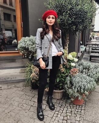 Wie kombinieren: graues Zweireiher-Sakko mit Schottenmuster, weißes T-Shirt mit einem Rundhalsausschnitt, schwarze enge Jeans, schwarze flache Stiefel mit einer Schnürung aus Leder