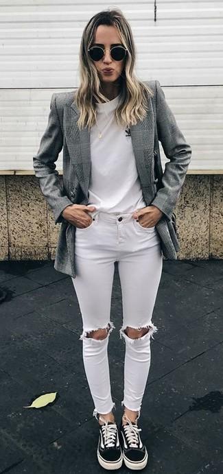 Wenn Sie Jeans und T-Shirt bevorzugen, dann gefällt Ihnen die einfache Kombination aus einem weißen t-shirt mit einem rundhalsausschnitt und weißen engen jeans mit destroyed-effekten. Dieses Outfit passt hervorragend zusammen mit schwarzen segeltuch niedrigen sneakers.