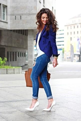 Wie kombinieren: blaues Zweireiher-Sakko, weißes T-Shirt mit einem Rundhalsausschnitt, blaue enge Jeans mit Destroyed-Effekten, weiße Leder Pumps
