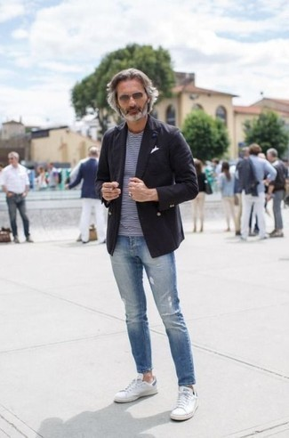 Weiße niedrige Sneakers kombinieren: trends 2020: Kombinieren Sie ein schwarzes Zweireiher-Sakko mit hellblauen engen Jeans mit Destroyed-Effekten für ein Alltagsoutfit, das Charakter und Persönlichkeit ausstrahlt. Weiße niedrige Sneakers sind eine kluge Wahl, um dieses Outfit zu vervollständigen.
