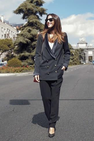 Schwarzes Zweireiher-Sakko kombinieren: Smart-Casual-Outfits: trends 2020: Ein schwarzes Zweireiher-Sakko und eine schwarze Freizeithose aus Seide sind absolut Alltags-Basics und können mit einer Vielzahl von Kleidungsstücken gepaart werden. Schwarze Wildleder Pumps sind eine kluge Wahl, um dieses Outfit zu vervollständigen.
