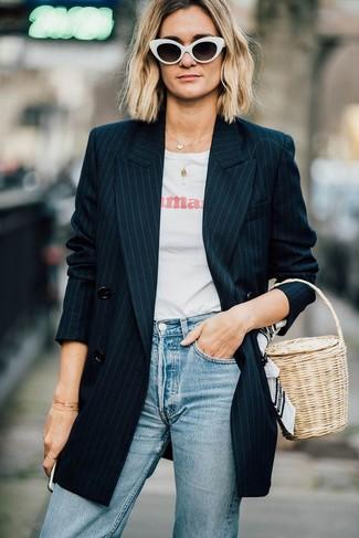 Schwarzes Zweireiher-Sakko kombinieren: Smart-Casual-Outfits: trends 2020: Tragen Sie ein schwarzes Zweireiher-Sakko zu hellblauen Jeans, um einen stilsicheren, lässigen Look zu schaffen.