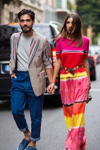 Wie kombinieren: hellbeige vertikal gestreiftes Zweireiher-Sakko, graues T-Shirt mit einem Rundhalsausschnitt, blaue Jeans, blaue Slip-On Sneakers aus Leder