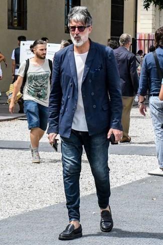 Dunkelblaues Einstecktuch kombinieren: trends 2020: Erwägen Sie das Tragen von einem dunkelblauen Zweireiher-Sakko und einem dunkelblauen Einstecktuch, um mühelos alles zu meistern, was auch immer der Tag bringen mag. Machen Sie Ihr Outfit mit schwarzen Leder Slippern eleganter.