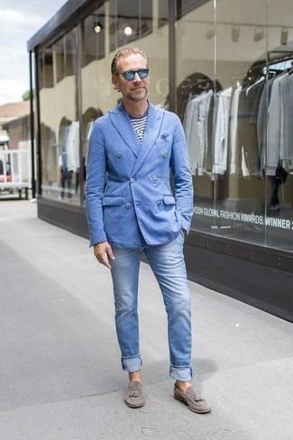 40 Jährige: Hellblaue Jeans kombinieren – 37 Herren Outfits: Kombinieren Sie ein hellblaues Zweireiher-Sakko mit hellblauen Jeans für einen für die Arbeit geeigneten Look. Wählen Sie grauen Wildleder Slipper mit Quasten, um Ihr Modebewusstsein zu zeigen.