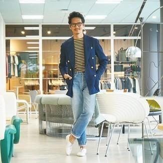 Hellblaue Jeans kombinieren – 500+ Herren Outfits: Die Paarung aus einem dunkelblauen Zweireiher-Sakko und hellblauen Jeans ist eine großartige Wahl für einen Tag im Büro. Putzen Sie Ihr Outfit mit weißen Segeltuch Oxford Schuhen.