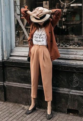 Beige Karottenhose kombinieren – 40 Damen Outfits: Diese Paarung aus einem rotbraunen Zweireiher-Sakko und einer beige Karottenhose schafft die perfekte Balance zwischen legerem Trend-Look und zeitgenössische Aussehen. Schwarze Leder Slipper sind eine ideale Wahl, um dieses Outfit zu vervollständigen.