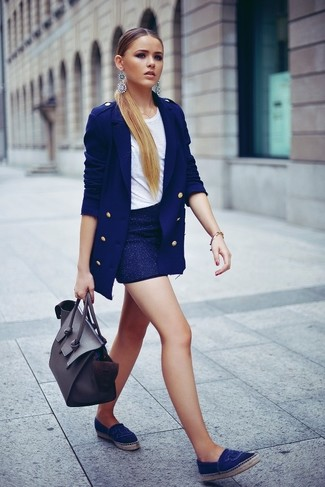 Damen Outfits & Modetrends: Ein blaues Zweireiher-Sakko und ein dunkelblauer Minirock sind absolut Casual-Essentials und können mit einer Vielzahl von Stücken kombiniert werden. Fühlen Sie sich mutig? Vervollständigen Sie Ihr Outfit mit blauen Segeltuch Espadrilles.