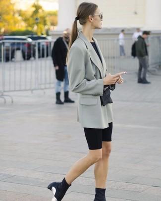 Wie kombinieren: graues Zweireiher-Sakko, schwarzes T-Shirt mit einem Rundhalsausschnitt, schwarze Radlerhose, schwarze elastische Stiefeletten