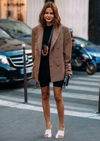 Wie kombinieren: braunes Zweireiher-Sakko, schwarzes T-Shirt mit einem Rundhalsausschnitt, schwarze Radlerhose, weiße Leder Pantoletten