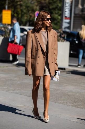 Shorts kombinieren – 500+ Damen Outfits: Erwägen Sie das Tragen von einem braunen Zweireiher-Sakko und Shorts, um ein lockeres Outfit zu erzielen. Weiße Tweed Pumps sind eine perfekte Wahl, um dieses Outfit zu vervollständigen.