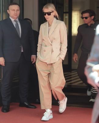 Damen Outfits & Modetrends: Um ein legeres Outfit zu schaffen, sind ein hellbeige Zweireiher-Sakko und eine beige weite Hose ganz gut geeignet. Wenn Sie nicht durch und durch formal auftreten möchten, entscheiden Sie sich für weißen Leder niedrige Sneakers.