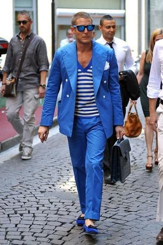 Wie kombinieren: blaues Zweireiher-Sakko, weißes und blaues horizontal gestreiftes T-Shirt mit einem V-Ausschnitt, blaue Anzughose, blaue Wildleder Slipper