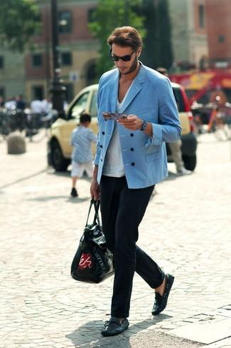 Wie kombinieren: blaues Zweireiher-Sakko, weißes T-Shirt mit einem V-Ausschnitt, schwarze Anzughose, schwarze Leder Mokassins