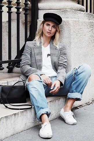 Wie kombinieren: graues Zweireiher-Sakko mit Schottenmuster, weißes T-Shirt mit einem V-Ausschnitt, hellblaue Boyfriend Jeans mit Destroyed-Effekten, weiße niedrige Sneakers