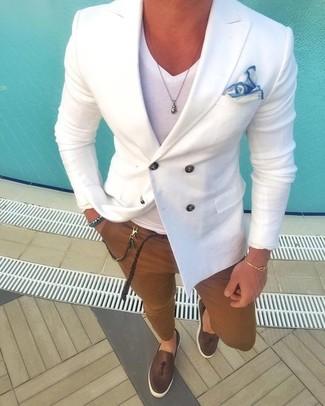 Wie kombinieren: weißes Zweireiher-Sakko, weißes T-Shirt mit einem V-Ausschnitt, braune Chinohose, dunkelbraune Leder Slipper mit Quasten