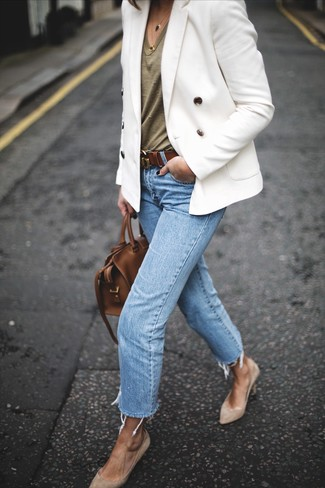Wie kombinieren: weißes Zweireiher-Sakko, olivgrünes T-Shirt mit einem V-Ausschnitt, hellblaue Jeans, hellbeige Wildleder Pumps