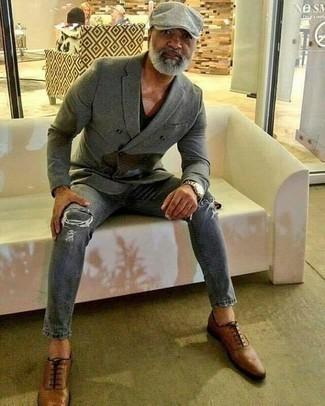 Braune Leder Oxford Schuhe kombinieren für Herbst: trends 2020: Paaren Sie ein graues Zweireiher-Sakko mit grauen Jeans mit Destroyed-Effekten, um mühelos alles zu meistern, was auch immer der Tag bringen mag. Fühlen Sie sich mutig? Wählen Sie braunen Leder Oxford Schuhe. Dieser Look könnte zu Ihren Lieblings-Übergangs-Outfit werden!