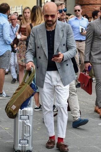 Graues Zweireiher-Sakko mit Schottenmuster kombinieren: trends 2020: Kombinieren Sie ein graues Zweireiher-Sakko mit Schottenmuster mit einer weißen Chinohose, um einen eleganten, aber nicht zu festlichen Look zu kreieren. Putzen Sie Ihr Outfit mit dunkelroten Leder Slippern mit Fransen.
