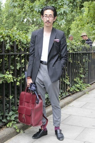 Dunkelroten Leder Rucksack kombinieren – 15 Herren Outfits: Paaren Sie ein dunkelgraues Zweireiher-Sakko mit einem dunkelroten Leder Rucksack für ein bequemes Outfit, das außerdem gut zusammen passt. Fühlen Sie sich ideenreich? Komplettieren Sie Ihr Outfit mit schwarzen Doppelmonks aus Leder.