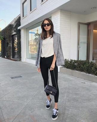 Wie kombinieren: graues Zweireiher-Sakko mit Schottenmuster, hellbeige Trägershirt, schwarze enge Jeans, schwarze und weiße Segeltuch niedrige Sneakers