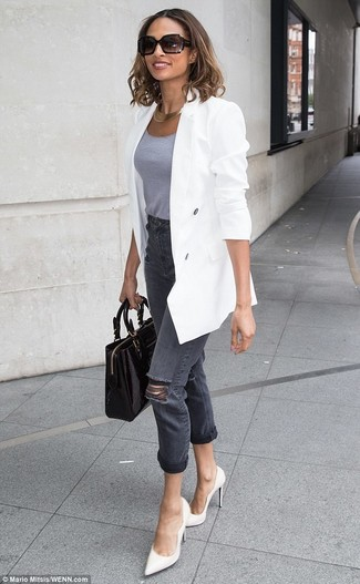 Wie kombinieren: weißes Zweireiher-Sakko, graues Trägershirt, dunkelgraue Jeans mit Destroyed-Effekten, weiße Leder Pumps