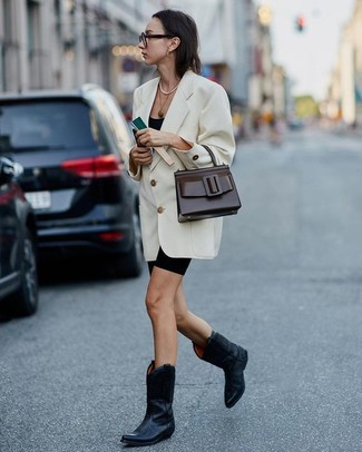 Schwarzes Trägershirt kombinieren: trends 2020: Wenn Sie ein lässiges City-Outfit erhalten möchten, macht die Paarung aus einem schwarzen Trägershirt und einer schwarzen Radlerhose Sinn. Wenn Sie nicht durch und durch formal auftreten möchten, komplettieren Sie Ihr Outfit mit schwarzen Cowboystiefeln aus Leder.