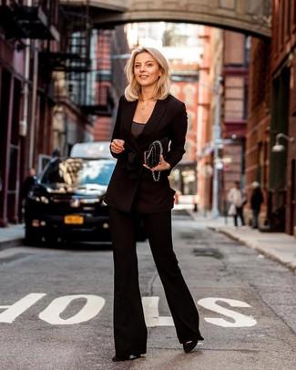 Schwarze gesteppte Satchel-Tasche aus Leder kombinieren: trends 2020: Ein schwarzes Zweireiher-Sakko und eine schwarze gesteppte Satchel-Tasche aus Leder sind perfekt alltagstauglich. Schwarze Wildleder Pumps sind eine perfekte Wahl, um dieses Outfit zu vervollständigen.