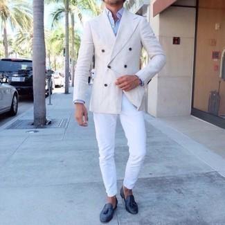 Weißes Zweireiher-Sakko kombinieren: trends 2020: Kombinieren Sie ein weißes Zweireiher-Sakko mit einer weißen Chinohose für einen für die Arbeit geeigneten Look. Fühlen Sie sich mutig? Komplettieren Sie Ihr Outfit mit dunkelblauen Leder Slippern mit Quasten.