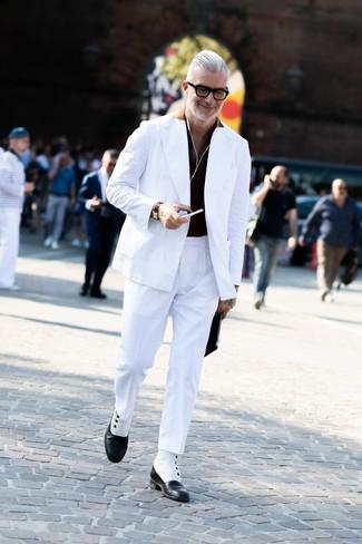 Wie kombinieren: weißes Zweireiher-Sakko, schwarzes Polohemd, weiße Anzughose, schwarze und weiße Lederformelle stiefel